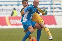 Filip Rýdel v Ostravě atakuje domácího Martina Lukeše.