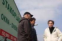 Před provozovnou firmy Stakoplast v Týně nad Vltavou se v pátek sešli živnostníci, jimž podle nich firma dluží za odvedenou práci. Zleva Řehoř Jindřich, Pavel Pavlík a Jindřich Vaněček.
