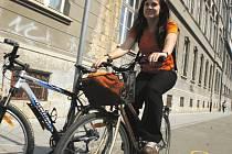 V Českých Budějovicích se na kole jezdí opravdu hodně. I proto v krajském městě přibývají kilometry nových tras a stezek. Jako například stezka, která je ve městě jedna z nejnovějších, podél biskupského gymnázia (na snímku).