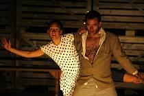 Osudy lidí ze zemědělského statku Rábín u Malovic inspirují Divadlo Continuo několik let. Snímek je z představení Jizvy v kameni, které herci uvedli přímo na Rábíně v létě 2010.