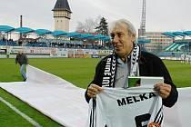Karel Melka byl před posledním podzimním utkání s Bohemians Praha uveden do klubové Síně slávy Dynama.
