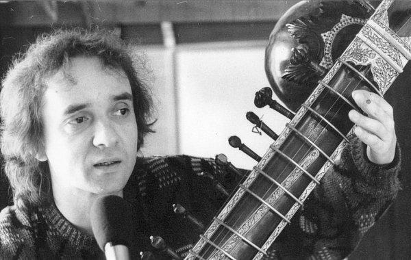 Dobrou náladu rozdával podle vzpomínek svých spoluhráčů kytarista a sitárista Emil Pospíšil. Je známý především jako spoluhráč Karla Plíhala. Poslední roky trávil vČeských Budějovicích. Zemřel před 20lety, jeho rodina chystá 25.října benefiční koncert.