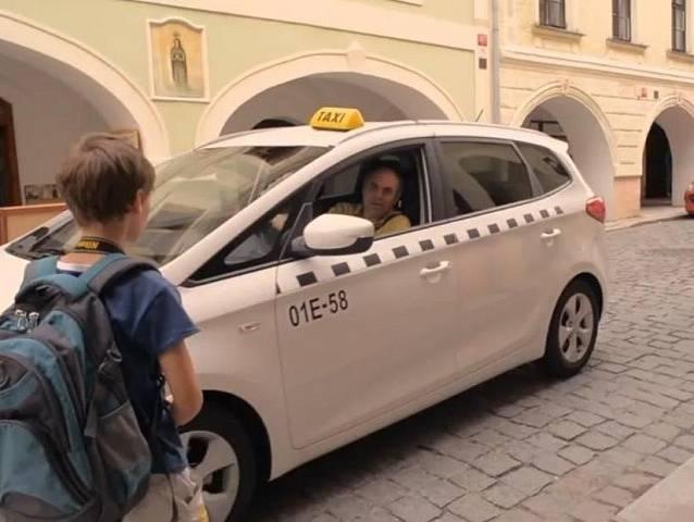 Taxikář vyzvedává hlavního hrdinu v České ulici.