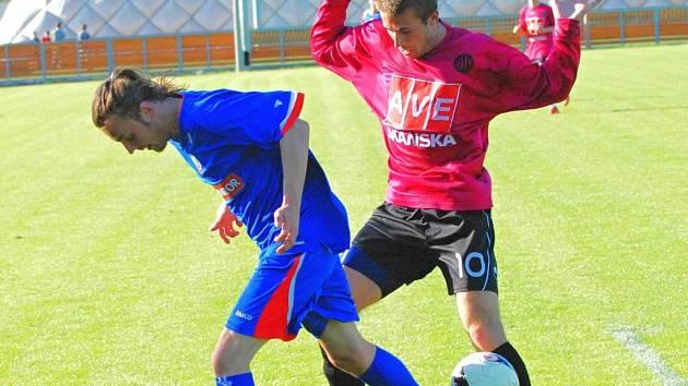 Michal Rakovan (vpravo atakuje náchodského Antonína Eimera) je v osobních soubojích tvrdý a nesmlouvavý.