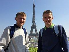Pavel a Martin Frelichové (zleva) se nechali zvěčnit s Eiffelovou věží v pozadí