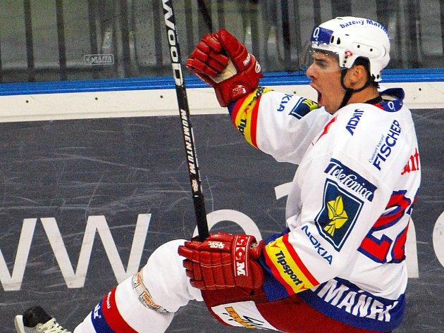 Takhle se útočník HC Mountfield Jiří Šimánek radoval z vedoucího gólu v Praze na Slavii a byla to vůbec první branka letošní extraligy.