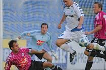 V podzimním utkání v Liberci pečetil domácí Jan Nezmar na 3:0 (marně se mu v tom snaží zabránit Tomáš Hunal a Michael Žižka).