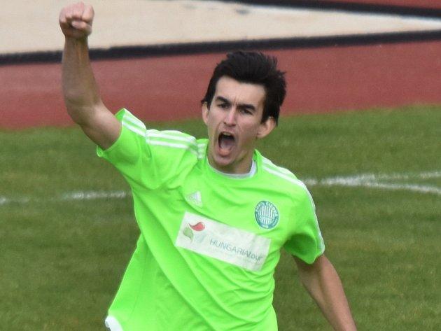 Tomáš Janoch se raduje ze své vítězné penalty v rozstřelu, díky němuž Čížová vyhrála třetiligové derby s Pískem. O tomto víkendu fotbalové soutěže na jihu Čech pokračují.