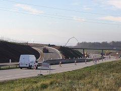 Současné stavební práce na výpadovce na Lišov zabraly dva pruhy ze čtyř. Brzy bude silnice uzavřena úplně.