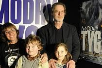 Ve filmu Modrý tygr, který má 19. února předpremiéru v českobudějovickém CineStaru, hrají zleva Bára Hrzánová, Linda Votrubová, Jakub Wunsch a Jan Hartl.
