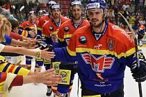 Hokejisté ČEZ Motoru slaví vítězství, vpředu je Martin Heřman.