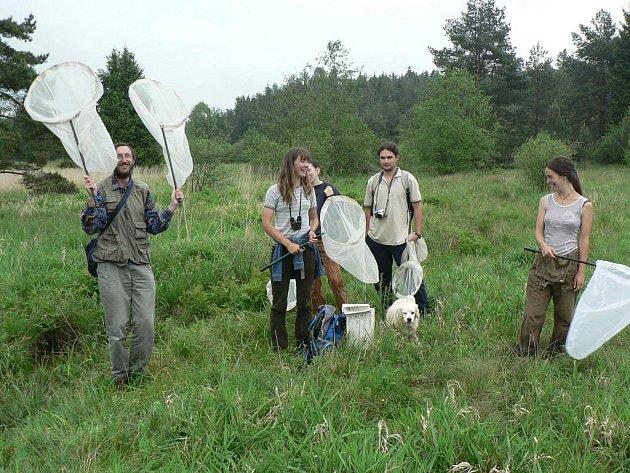Práce entomologů neobnáší jen běhání se síťkou po louce. Kdyř se však vědci dostanou  do terénu, náležitě si to užívají. Na snímku tým studentů Martina Konvičky.