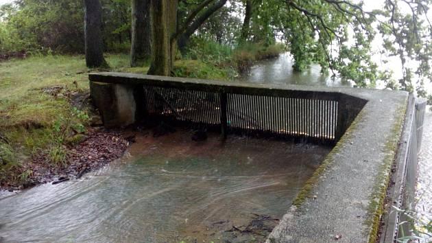 Deště na počátku srpna 2020 naplnily Dubenský rybník u Dubného na Českobudějovicku tak, že voda už začala odtékat bezpečnostním přelivem.