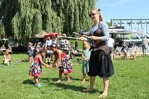 Kejklíři a žongleři bavili na nábřeží v Týně nad Vltavou.