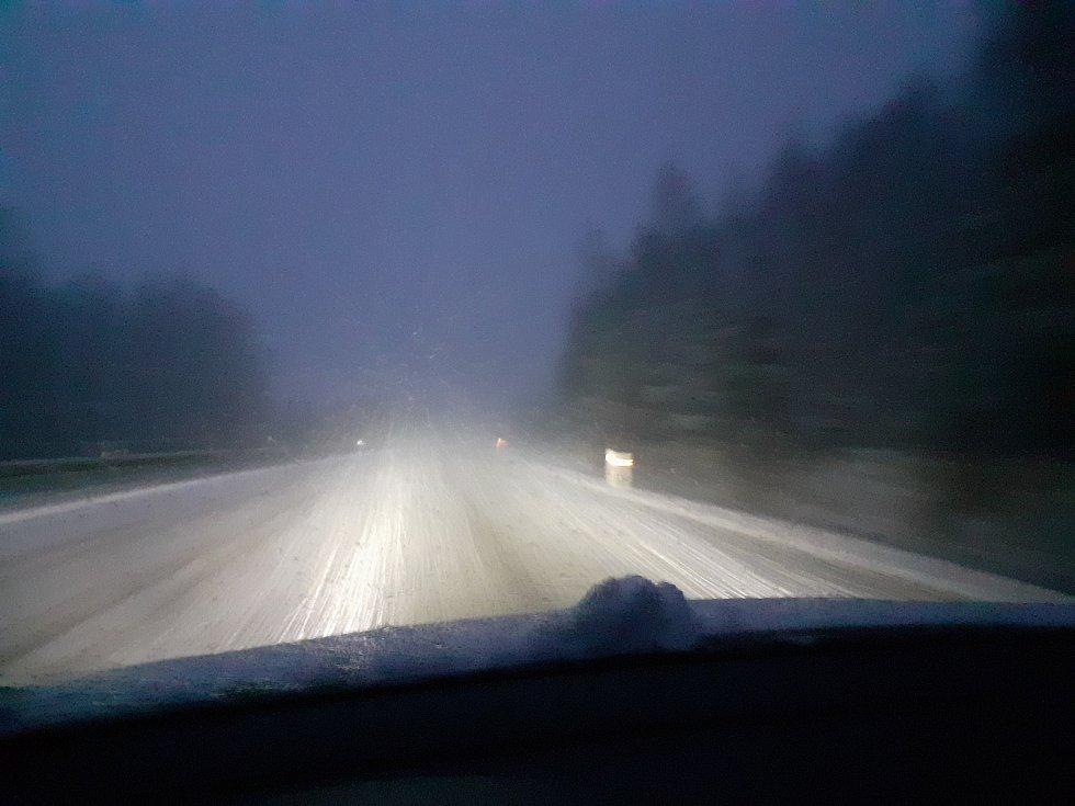 Jihočeši se v pátek probudili do bílého rána. Snímek je z cesty z Lišova do Českých Budějovic.