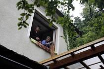 Kus uvolněné skály, který se provalil až do obýváku, probudil ve čtvrtek kolem páté hodiny ráno obyvatele rodinného domu za  hotelem Pohrad v Hluboké nad Vltavou.