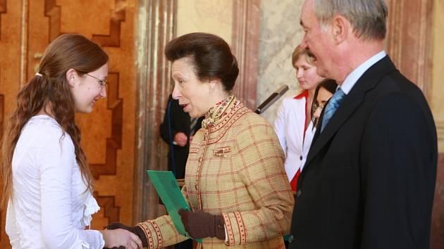 Dcera britské královny, princezna Anna, předala zlatý diplom i českobudějovické studentce Elišce Homolkové.  K ceně studentům pogratuloval i předseda Senátu ČR Přemysl Sobotka.