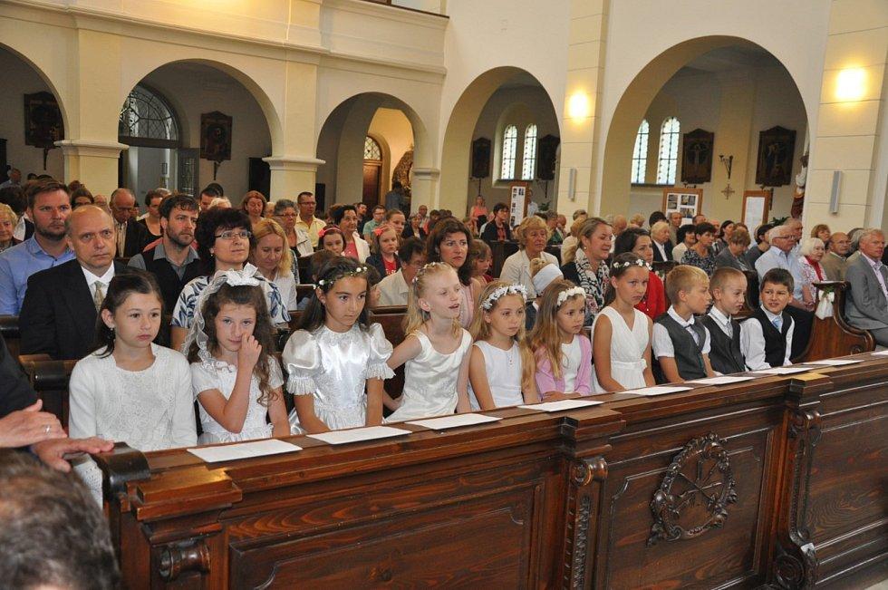 Prvního svatého přijímání se při nedělní mši s P. Pavlem Bickem se zúčastnilo 23. června 2019 v českobudějovickém kostele sv. Jana Nepomuckého deset dětí.