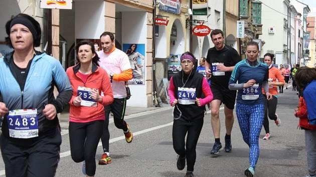 PĚTKA. Tuto skupinku přivedla na náměstí Přemysla Otakara II. Jiřina Kozáková (vlevo). Z vítězství v závodě na pět kilometrů se ale radovali Jaroslav Doubek a Nela Küffnerová.