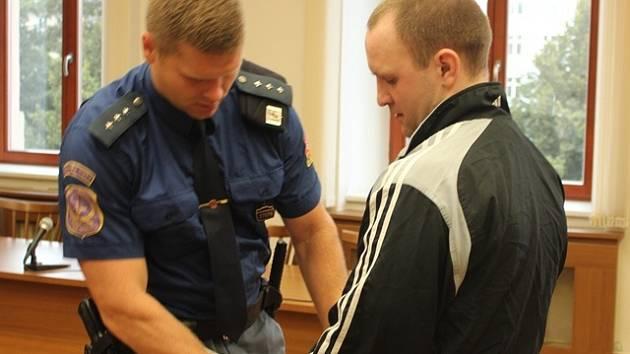 Pävels Čursins se u krajského soudu zpovídá z březnového pobodání 21letého Zdeňka D. před hudebním klubem v ulici Na Sadech. Za vraždu ve stádiu pokusu mu hrozí až 18 let vězení.