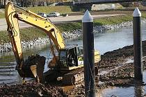 Šest kovových trub o průměru 72 centimetrů bude držet plovoucí molo na konci Vltavské vodní cesty v Českých Budějovicích. Zařízení pro přisávání lodí bude stoupat a klesat podle výšky hladiny a má přestát i takové povodně, jako byla velká voda v roce 2002