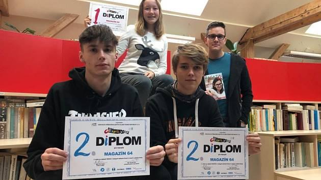 S oceněním, které získali v Brně, se pochlubili (zleva) Daniel Jašek, Jiří Hejduk a v horní řadě Alice Nováková a učitel Lukáš Boček.