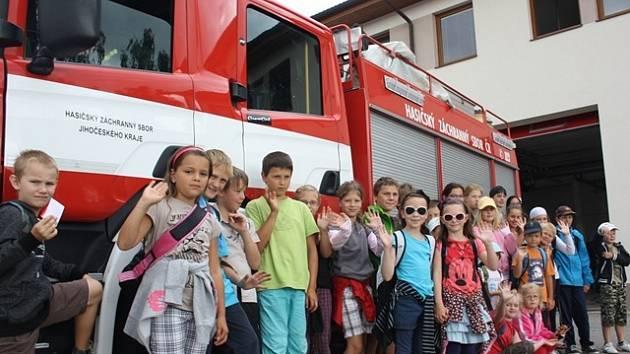 Poté, co si děti prohlédly veškerou zásahovou techniku, kterou s sebou hasiči vozí na výjezd, se svezly  v hasičském autě.