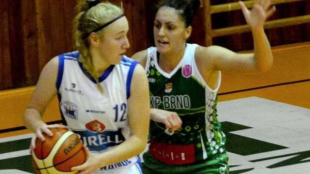 NEDÁM, jakoby říkala Barbora Holubová (v bílém) dotírající Monice Satoranské z KP Brno.