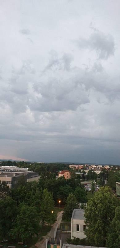 Bouřkové mraky nad Budějovicemi.
