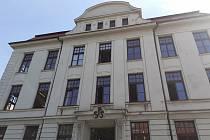 Budova Střední průmyslové školy strojní a elektrotechnické, kde ve středu ráno mladý muž vypadl z okna.