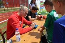 O podpis stoperů Dynama Maksyma Talovierova (vlevo) a Lukáše Havla byl mezi malými fotbalisty zájem.