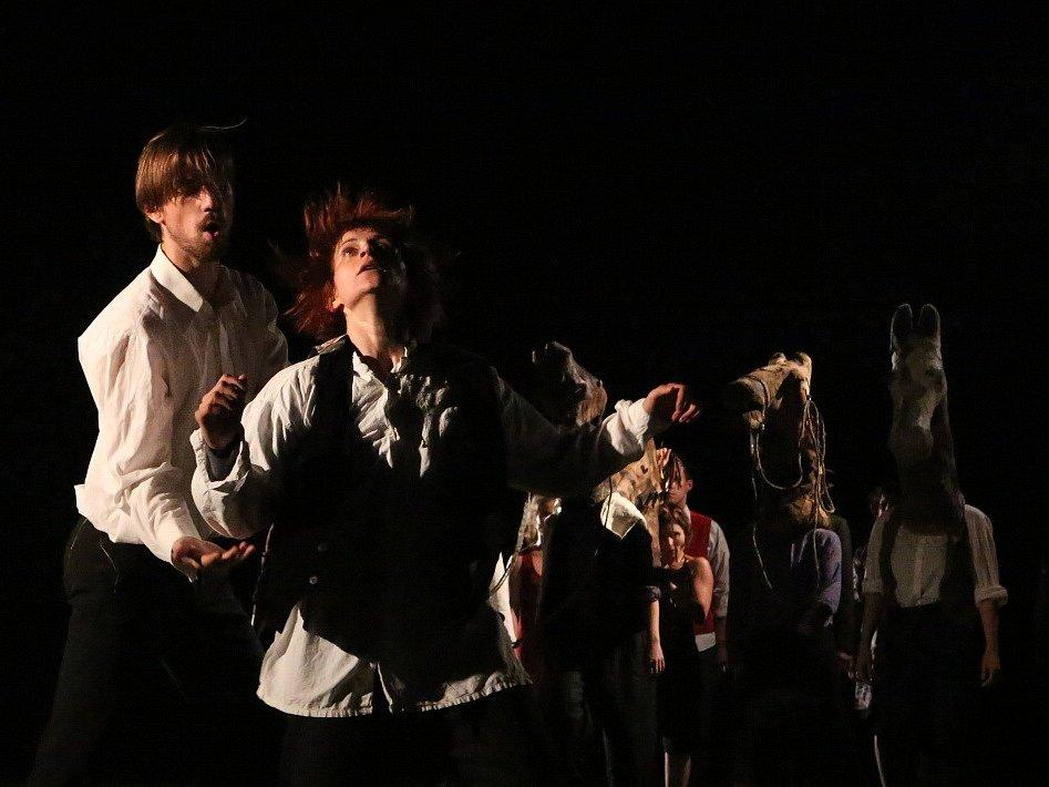 Nová hra Divadla Continuo s názvem Zapomenuto v polích se věnuje paměti místa, v němž herci žijí, obzvláště je fascinuje tragický osud kraje kolem Malovic v době druhé světové války a poválečného nástupu komunistické strany k moci.