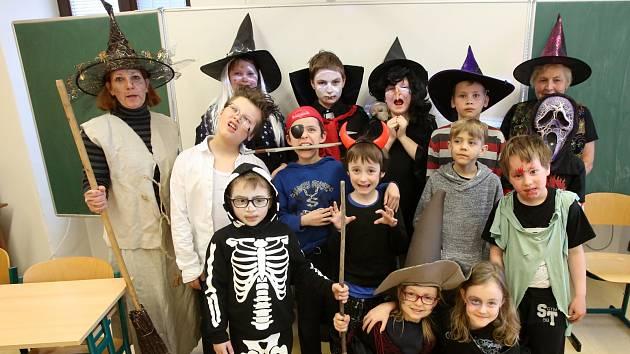 V doudlebské škole se v pátek neučilo, ale strašilo a čarovalo.