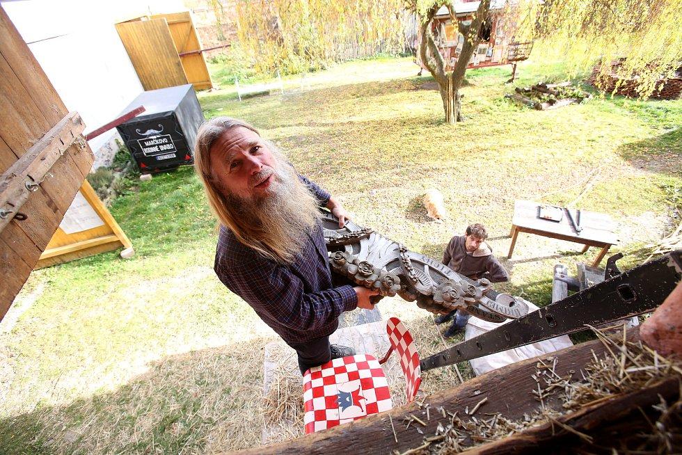 Víťa Marčík a celá jeho rodina a přátelé připravují nejen lampiony na Slavnost památky všech zesnulých.
