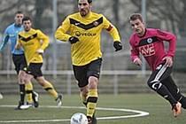 Filip Rýdel v pátečním utkání Dynama v Dráždanech stíhá kapitána domácího týmu.