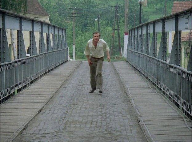 Záběr z filmu Zlatí úhoři. Most v Zářečí.