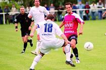 Martin Vozábal (střílí přes horažďovického Krejčího) svým gólem rozhodl: Horažďovice – Dynamo ČB 0:1.