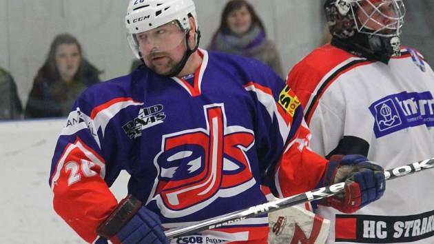 Zkušený hokejista Roman Fousek se vrátil a sahá s David servisem po krajské trofeji.