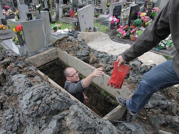 Práce hrobníků na hřbitově svaté Otýlie vČeských Budějovicích.