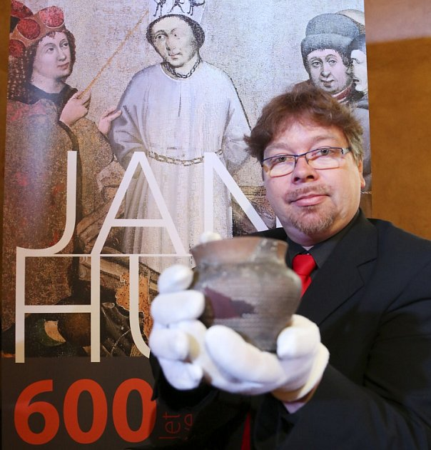 Husitské muzeum vTáboře připomíná mimořádnou výstavou fenomén kazatele Jana Husa, od jehož upálení uplynulo 600let. Na snímku ředitel muzea Jakub Smrčka ukazuje takzvaný Husův hrneček.