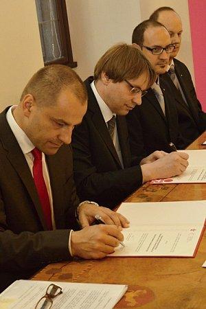 Partnerství uzavřela fakulta sObchodní akademií Písek. Děkan Ladislav Rolínek podepisuje smlouvu na snímku jako druhý zleva.