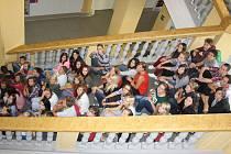 Studenti gymnázia na monumentálním schodišti.