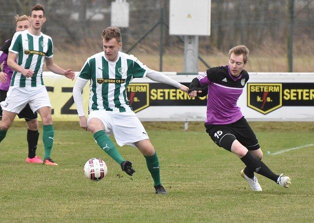 Roudenský Martin Tušer v duelu s Jankovem uniká Patriku Sedlicovi, o víkendu se v divizi hraje už třetí jarní kolo.