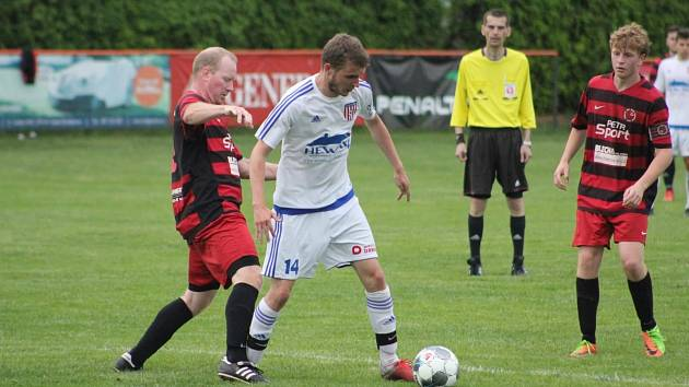 Fotbalové soutěže v kraji o víkendu pokračují. Na snímku ještě z přípravného utkání Nová Ves - Mladé jsou v obranné akci mládští Jiří Šťastný a Adam Pešek.