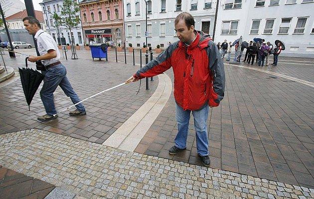 """Drobné vady na obnovené Lannovce nachází Aleš Klabouch (na snímku), například provedení varovných pruhů pro nevidomé ve vozovce. """"Kámen úrazu je na prvopočátku projektu,"""" myslí si Klabouch."""