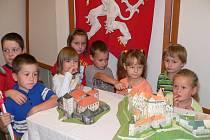 V rudolfovské knihovně, která je spojena s hornickým muzeem, zahájili Týden knihoven výstavou modelů hradů a zámků. Papírové modely sestavila Hana Formánková.
