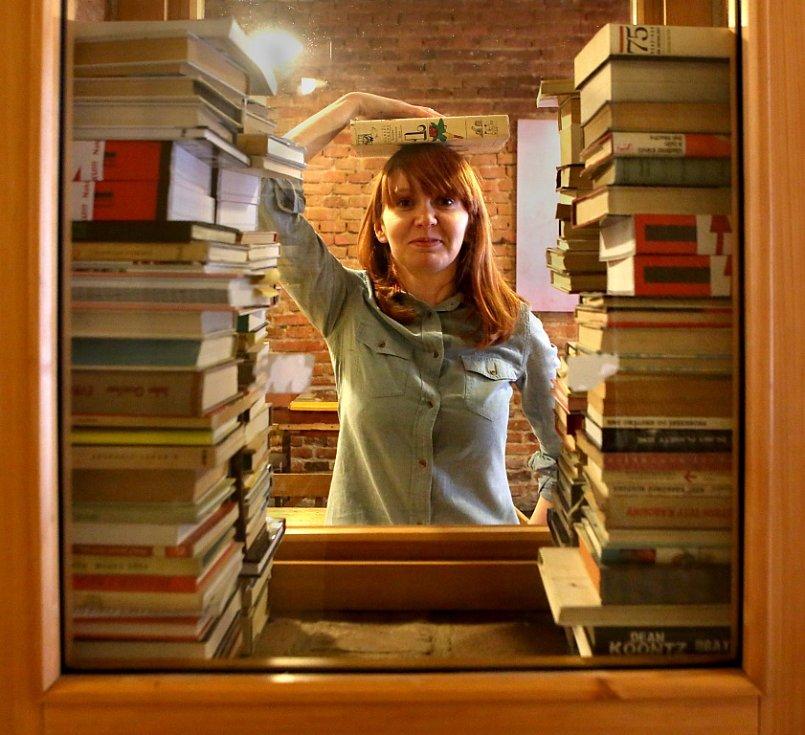 Štáb českobudějovického festivalu Literatura (ne)žije chystá druhý ročník. Stejně jako loni mu předchází sbírka knih, kdy mohou lidé nepotřebné svazky nosit do kavárny Měsíc ve dne. Na snímku u rostoucí sbírky Markéta Kulíková.