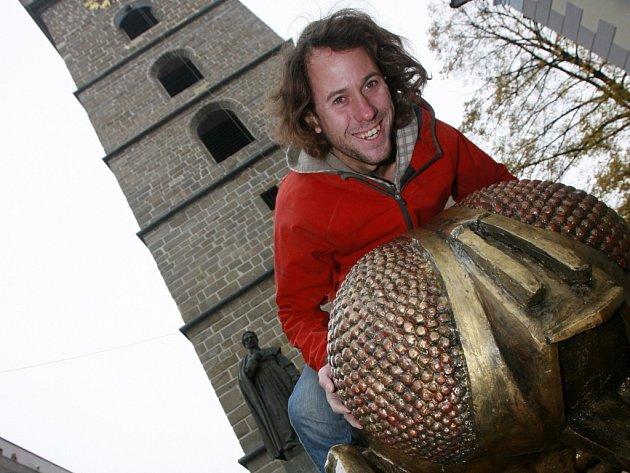 Sochař Michal Trpák, autor mouchy, jež loni kralovala Černé věži, bude ve čtvrtek odpovídat v on-line rozhovoru.