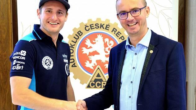Martin Michek (vlevo) s prezidentem Autoklubu ČR Janem Šťovíčkem.
