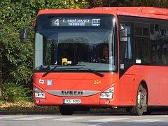 Od příštího roku už do Hluboké nad Vltavou MHD nedojedete. Červené autobusy už brzy nahradí modrými.